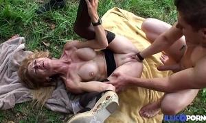 Bonne cougar fair-haired et bien grown up baisée dans un champ [full video]