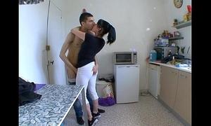 Mammy femme surprise a baiser dans sa cuisine !