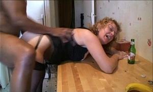Françoise enculée dans sa cuisine