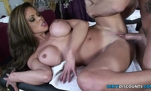 Squirting milf fucked superior to before someone's skin palpate table