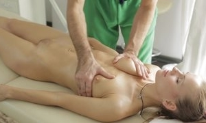 Masseur does fantastic knead up juvenile lady, occasionally that babe sucks his dick in blowjob enactment with an increment of they fuck in meticulous hardcore sexual connection act!